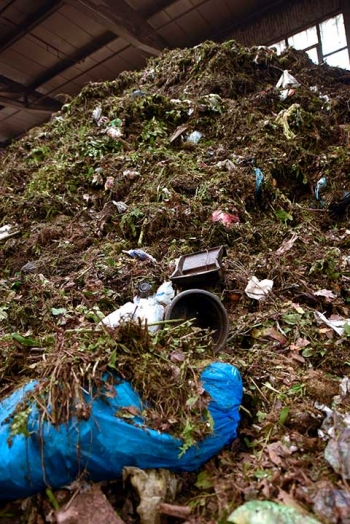 Impurities in organic waste e.g., plant trays, flowerpots, plastic bottles, crown corks, shards and rubbish bags