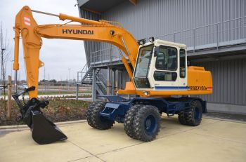 The very first – in Belgium - assembled Hyundai Robex 130 wheeled excavator finally found the home it deserves. After its assembly and sale in 1995/1996, HCEE was able to retrieve it back from its Belgian owner last year. After having gone through some